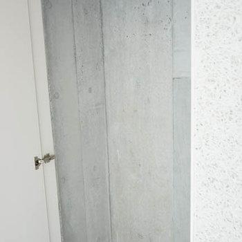 収納、というか壁のへこみそのものです。※写真は別室です