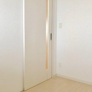 収納の扉がないから家具が置きやすい。