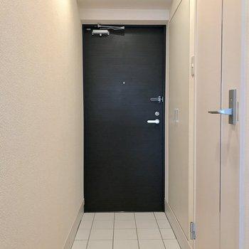 黒い玄関扉が映えています。
