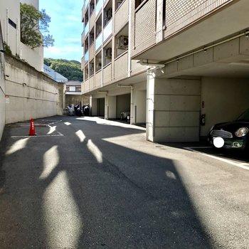 マンションの裏側が駐車場になってます。