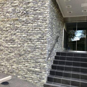 レンガ調の壁や入り口にも高級感。