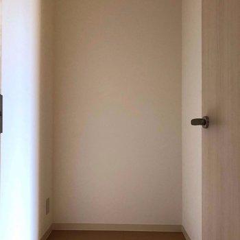 【洋室6.1帖】こちらには、掃除機とか諸々を置こうかな。※写真は通電前のものです