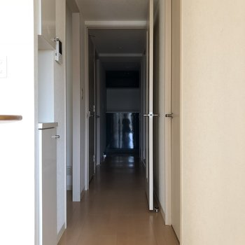 LDKから廊下を見てみると…※写真は通電前のものです