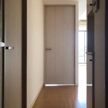 廊下からLDK側を見ると…※写真は通電前のものです