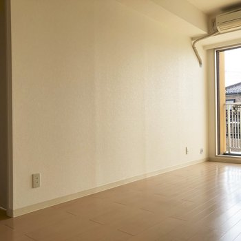 【LDK】左に見えるのは、隣の洋室へ続くドア。※写真は通電前のものです