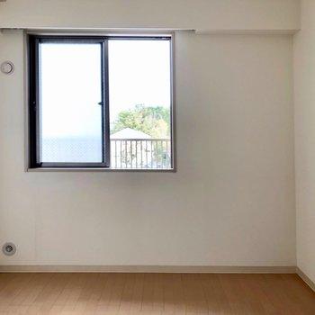 【洋室5.5帖】窓から光が差し込みます。※写真は通電前のものです