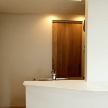 キッチンの後ろに、サニタリーの扉。※写真は4階の同間取り別部屋のものです