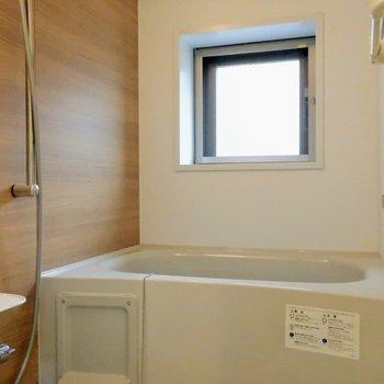 窓付きバスルーム、朝シャワーが気持ちよさそう。※写真は4階の同間取り別部屋のものです