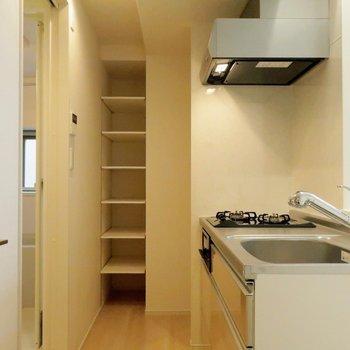 カウンター奥に収納、冷蔵庫置場とあります。※写真は4階の同間取り別部屋のものです