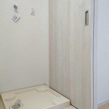 洗濯機置場が手前※写真は4階の同間取り別部屋のものです