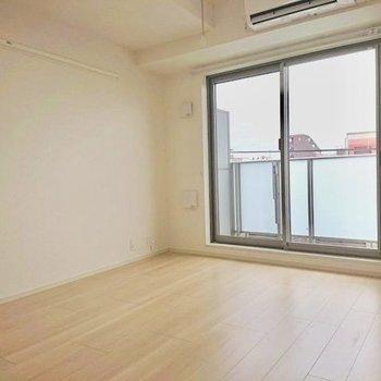 窓寄りにベッドを置いて※写真は4階の同間取り別部屋のものです
