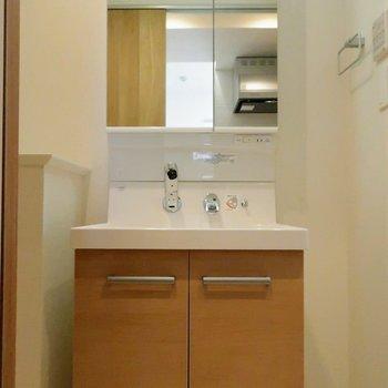 洗面台も木目調に統一されていていいですね◎※写真は4階の同間取り別部屋のものです