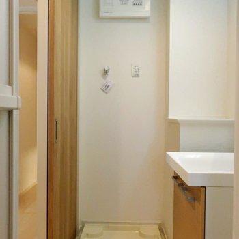 洗濯機置場はこちらに。※写真は4階の同間取り別部屋のものです