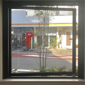 眺望は前の路地です。床が道路より少しだけ低くなってます。※写真は1階の同間取り別部屋のものです