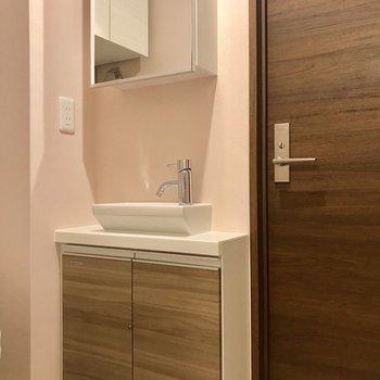 洗面台は超コンパクト!洗面はできそうにありません。。。※写真は1階の同間取り別部屋のものです