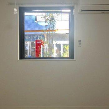 窓はぽつんと一枚。※写真は1階の同間取り別部屋のものです