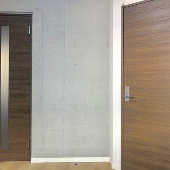 斜め扉はウォークインクロゼットへの入り口です。※写真は1階の同間取り別部屋のものです