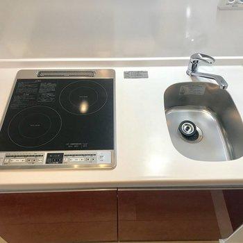 シンクは小さめなので洗い物はこまめにー※写真は1階の同間取り別部屋のものです