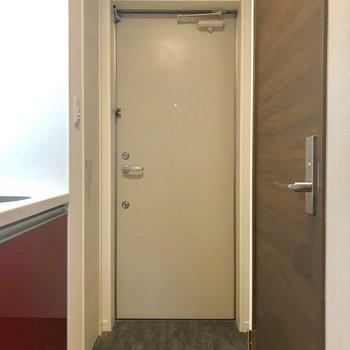 玄関はまずまずの広さ。※写真は1階の同間取り別部屋のものです