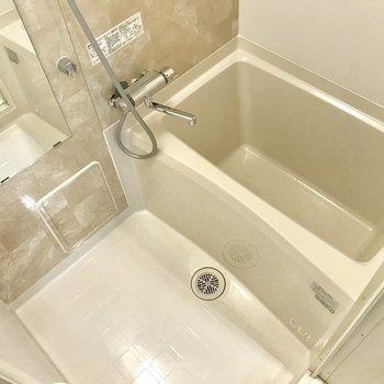 浴槽は一人暮らしサイズです。※写真は1階の同間取り別部屋のものです