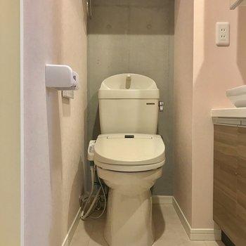 トイレ上の収納もありがたいですねー※写真は1階の同間取り別部屋のものです