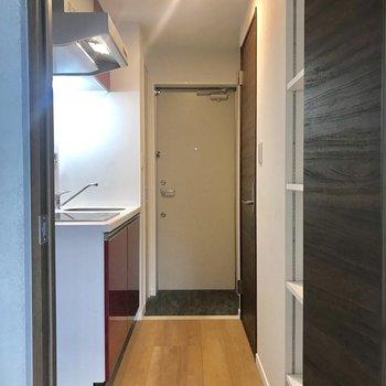 廊下は決して広くは無いですが、十分な幅です。※写真は1階の同間取り別部屋のものです