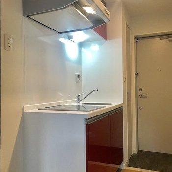 キッチンは赤がクールで、スッキリとした形です。上下収納は容量たっぷり!※写真は1階の同間取り別部屋のものです