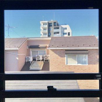 こちらの窓からは近隣のマンションが。