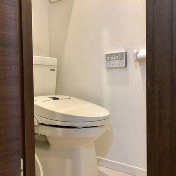 お風呂とトイレは別空間で気遣いいらずですね〜
