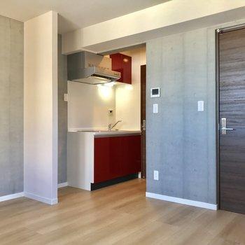 キッチンの赤はお部屋の引き締め役。