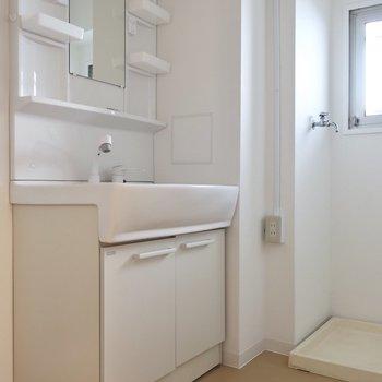 洗面台も小物トレイがたっぷりで使いやすく