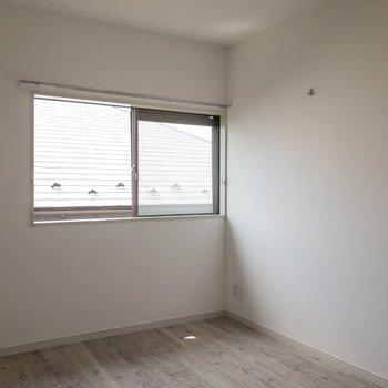 【洋室5.2帖】セミダブルベッドで丁度な広さ。※写真は通電前のものです