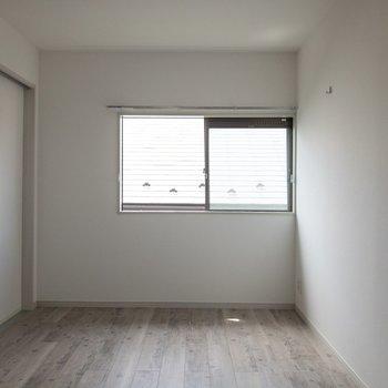 【洋室5.2帖】窓辺にはベッドが良さそうです。※写真は通電前のものです