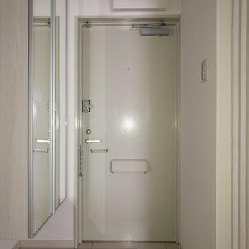 玄関はフラットタイプ。※写真は通電前のものです。フラッシュを使用して撮影しています