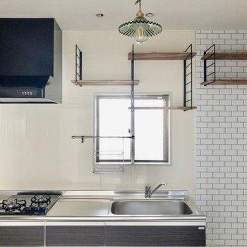 【DK】料理をしたくなるようなキッチン。※写真は通電前のものです。フラッシュを使用して撮影しています