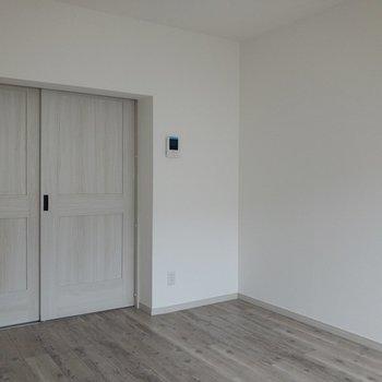【洋室】TV付モニタインターホン付きで安心ですね。※写真は通電前のものです