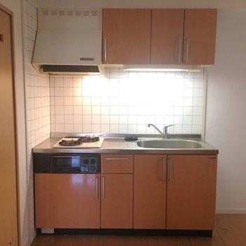かわいいオレンジカラーのキッチン♥(※写真は2階の同間取り別部屋のものです)