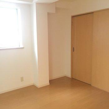 お隣には4帖ほどのお部屋(※写真は2階の同間取り別部屋のものです)