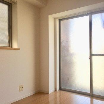 大きな窓は、ベランダに続きます(※写真は2階の同間取り別部屋のものです)