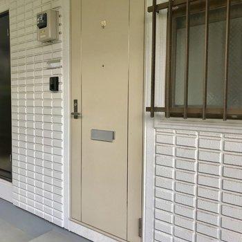 扉はレトロな感じ。