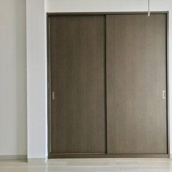 寝室の扉を閉めるとこんな感じ。