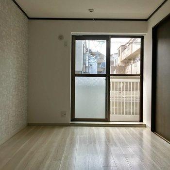 寝室です。窓が大きくて明るい!