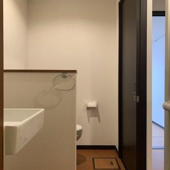 洗面台とトイレは壁で仕切られているので安心。※写真は前回募集時のものです