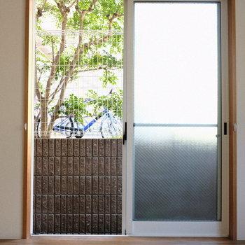1階の洋室は外のグリーンもちらりと見えます。