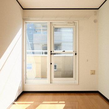 5畳のお部屋は隣のお部屋に続くバルコニー付き。