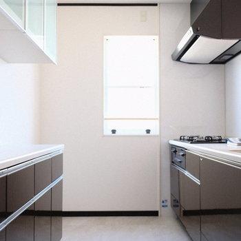 小窓も付いてうれしい対面キッチン!