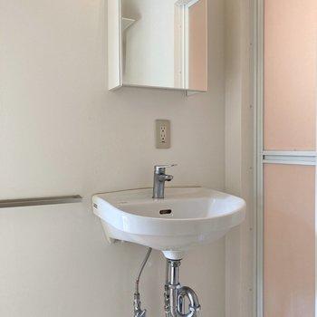 配管剥き出しの洗面台はスタイリッシュでオシャレ。