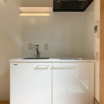 白くまとまったキッチン。