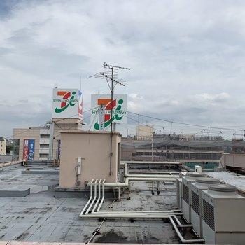 お隣の屋上が見えます。