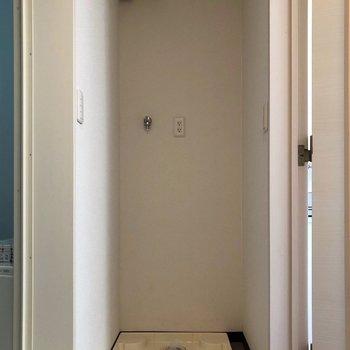 お風呂の入り口の手前に洗濯機置場があります。